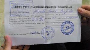 Світові ЗМІ про Україну: фейкові довідки про щеплення, низький рівень вакцинації та найвищий рівень смертності від COVID-19