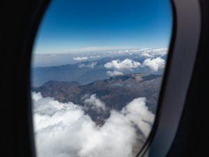 Укусила стюардессу за предплечье: россиянка устроила буйство в самолете