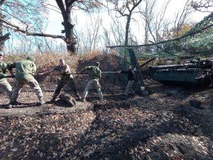 Як артилеристи чистили 11-метрову гармату «Піона»