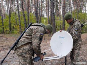 Як майбутні сержанти-зв'язківці проходять практику в польових умовах